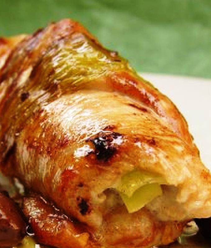 Φιλέτο κοτόπουλο γεμιστό με πιπεριές, τυρί ΄Πανδαισία ΄ και μουστάρδα  ΄Pitenis Premium Quality΄ με ρίγανη, θυμάρι και Ελληνικό Κρόκο
