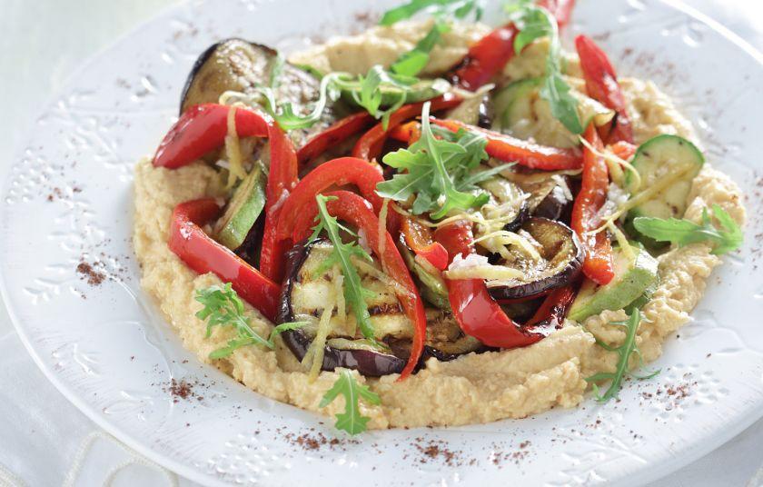 Σαλάτα ψητών λαχανικών με χούμους